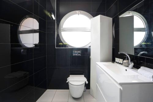 A bathroom at Luxury Marina Apartment by Airsuite