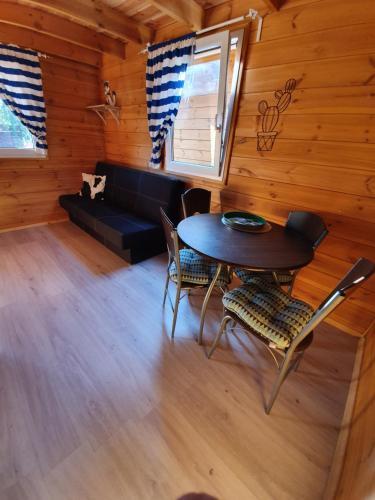 A seating area at Sjesta -domki letniskowe