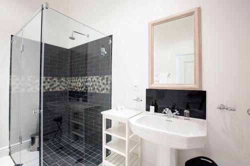 A bathroom at Winelands Golf Lodges