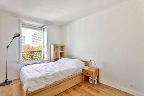 A bed or beds in a room at Comfortable and Modern Apartment for 3 People