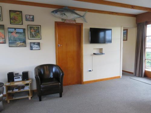 Televiisor ja/või meelelahutuskeskus majutusasutuses Glendale River View