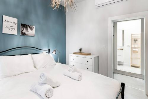 A bed or beds in a room at Trust Inn - Florentine trendy new apt & terrace