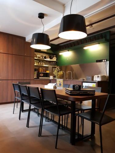 Ein Restaurant oder anderes Speiselokal in der Unterkunft Wink Capsule Hostel @ Chinatown