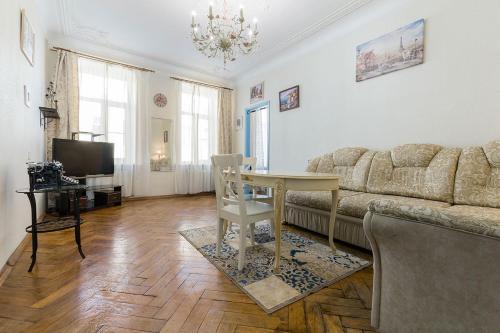Гостиная зона в Classical Apartment, 75m²