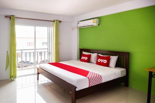 เตียงในห้องที่ OYO 314 The Space Huahin