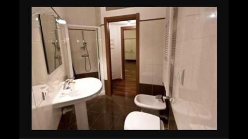 A bathroom at Appartamento Ampere