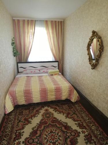Giường trong phòng chung tại Квартира на сутки, часы