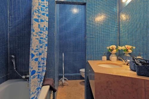 Ett badrum på Localtraveling Downtown - Family Apartments