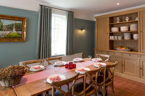 A restaurant or other place to eat at Cottage de Vinck