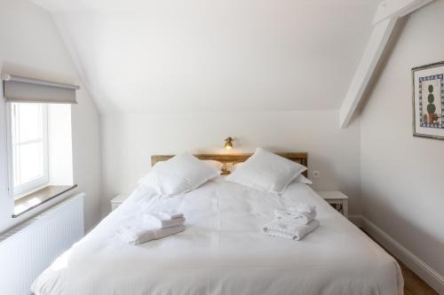 A bed or beds in a room at Cottage de Vinck