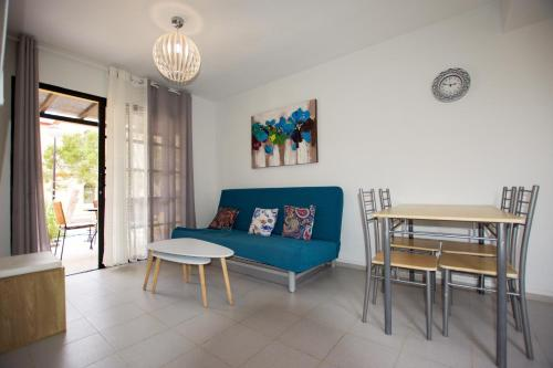 A seating area at Fuerte Holiday Duplex & Apartments