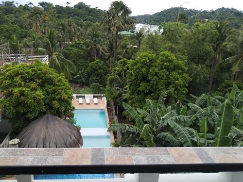 Вид на бассейн в Jalyn's Resort или окрестностях