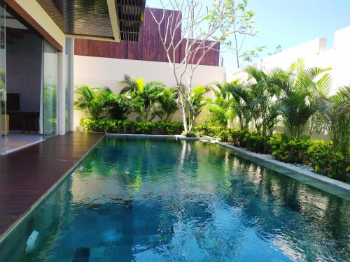 The swimming pool at or close to The Miracle Villa Nusa Dua