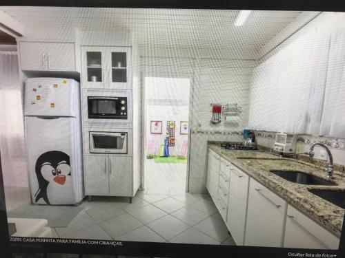 Una cocina o zona de cocina en Casa Bela Morada com Playground