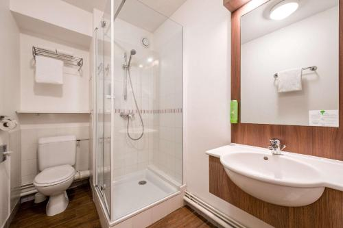 A bathroom at Comfort Suite Rive Gauche Lyon Centre