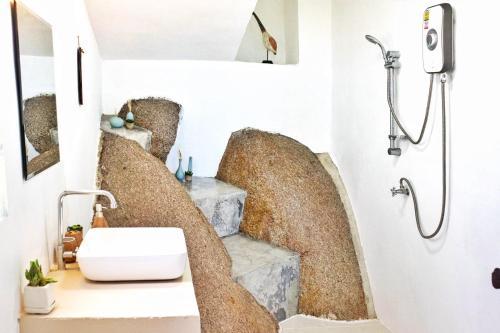 A bathroom at Rocks Villa - Breathtaking sea view - Swimming Pool - Beach side