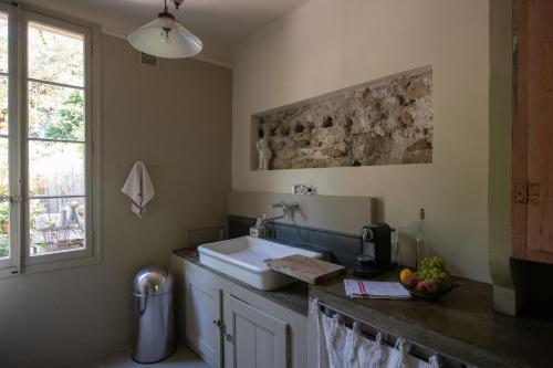 A kitchen or kitchenette at Maison XIXe et Jardin en Intramuros