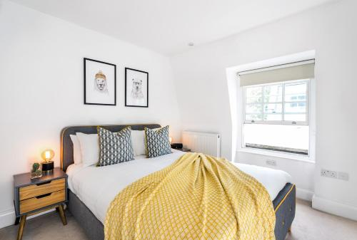 A bed or beds in a room at Napier Place by Lime Street