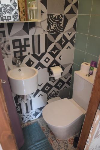A bathroom at Alfama Patio Apartments