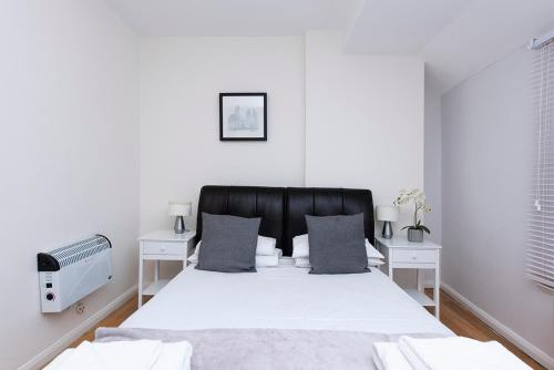 A bed or beds in a room at Soho Garden Apartments