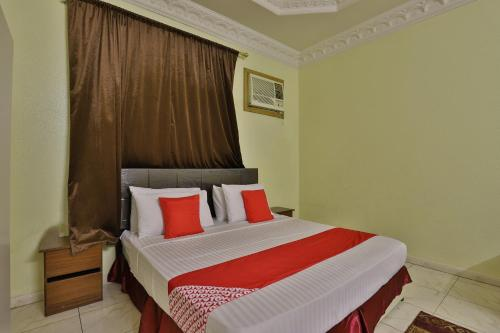 A bed or beds in a room at OYO 286 Anhaar Al Taif