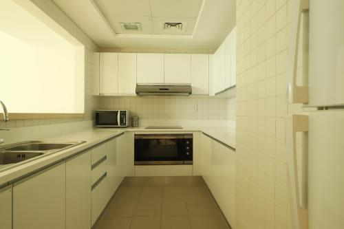 A kitchen or kitchenette at OYO Home 267 2BHK Al Bateen Residences JBR