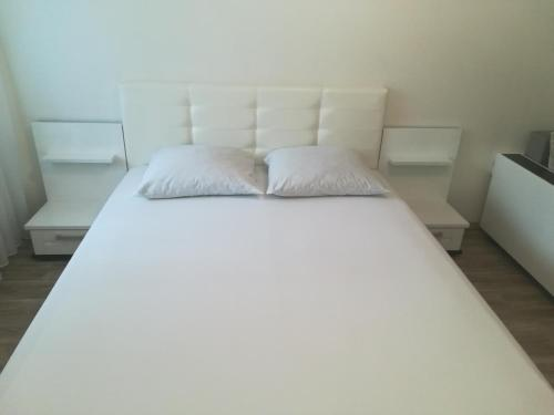 A bed or beds in a room at Apartment on Shugayeva 3/3