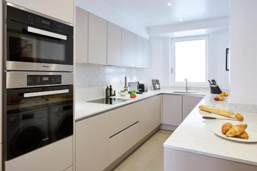 A kitchen or kitchenette at Cheval Gloucester Park at Kensington