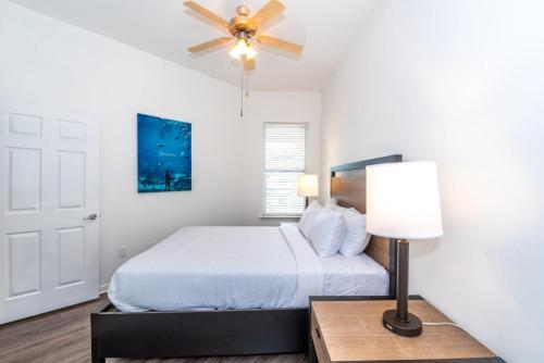 A bed or beds in a room at Atlantic Station 2 BR Condos w Pool