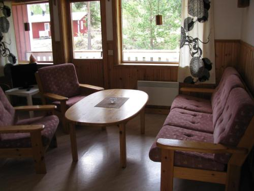 A seating area at Oltjärns Stugby