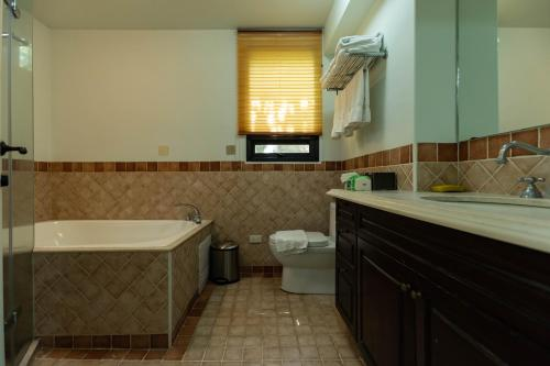 A bathroom at Yi He Golden Homestay