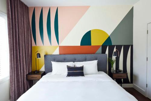 A bed or beds in a room at Oliver 12 South