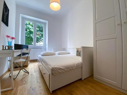A bed or beds in a room at Navigli White House (Ticinese, Bocconi, Tortona)