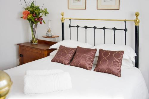 A bed or beds in a room at Camdeboo Cottages