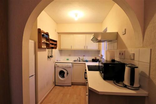 A kitchen or kitchenette at A Comfortable studio on Pavillion Way Burnt Oak