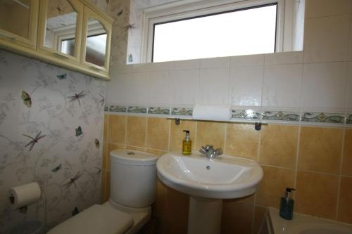 A bathroom at 3 bed home near to Hospital and businesses