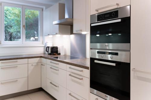 A kitchen or kitchenette at Apartments Wien - Schwarzenbergplatz