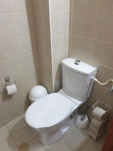 A bathroom at Cosy 2 rooms unit with a private garden