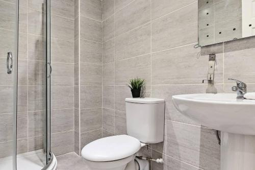 A bathroom at Modern 2BR First Floor Flat In Liverpool Central