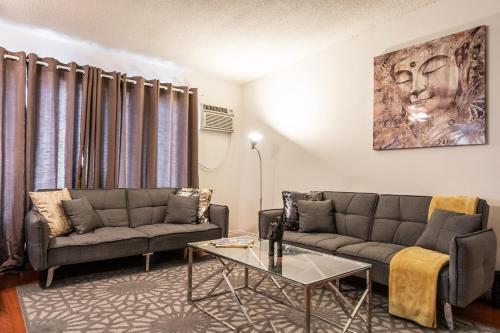 Ein Sitzbereich in der Unterkunft West Hollywood apartment minutes to Walk of Fame, parking available