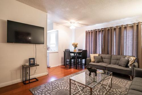 TV/Unterhaltungsangebot in der Unterkunft West Hollywood apartment minutes to Walk of Fame, parking available