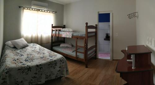 A bunk bed or bunk beds in a room at Casa para temporada Bonito MS