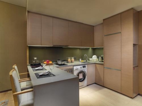 Кухня или мини-кухня в Fraser Suites Guangzhou