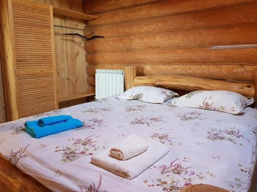 Кровать или кровати в номере Usadba na Narochi