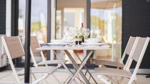 A restaurant or other place to eat at Appart Mons City Concept - Terrasse & Grand-Place