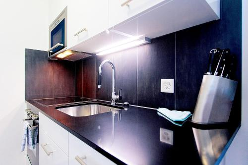 A kitchen or kitchenette at Suite Apartments by Livingdowntown