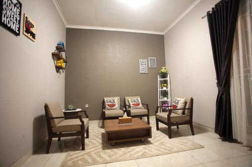 Area tempat duduk di SHAKILLA GUEST HOUSE CIANJUR