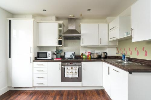 A kitchen or kitchenette at Ultra-Contemporary Designed 2BD Apartment Ruislip