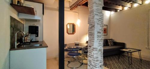 A kitchen or kitchenette at Nativo Centro Sevilla 11