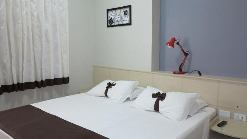 A bed or beds in a room at Costa Sul Beach Hotel
